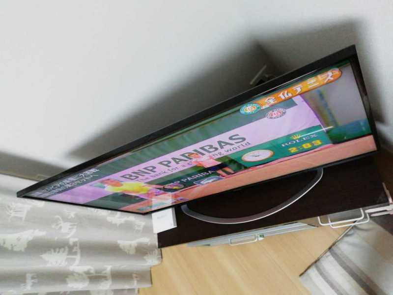 >AQUOS LC-40W5液晶テレビを斜めから視聴している様子