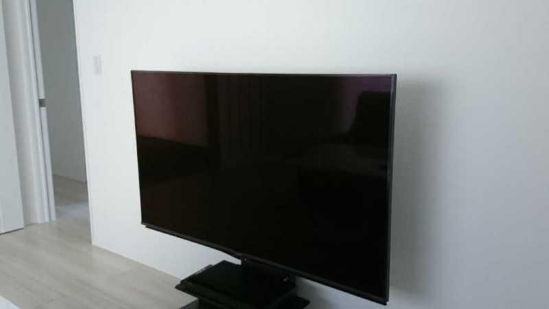 SHARP 4T-C60AN1液晶テレビをテレビスタンドに設置している様子