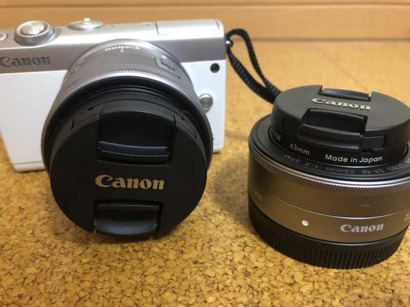 Canon EOS M100 ダブルレンズキットデジタルカメラ本体の正面からのレンズ