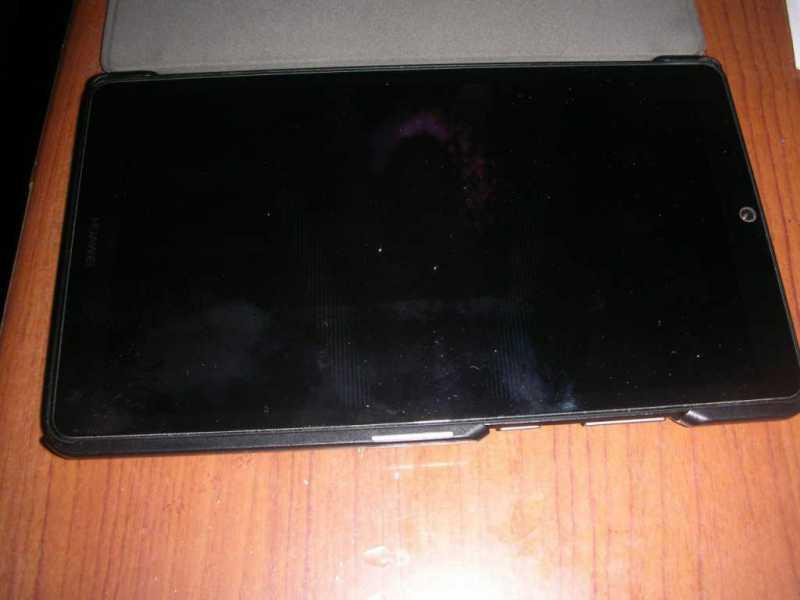 HUAWEI MediaPad T3 7タブレットに保護カバーを付けている状態