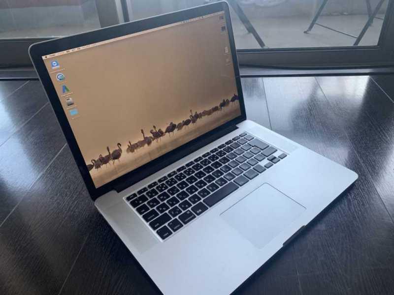 Apple MacBook Pro Mid 2014 15インチノートパソコンのキーボードと液晶ディスプレイ