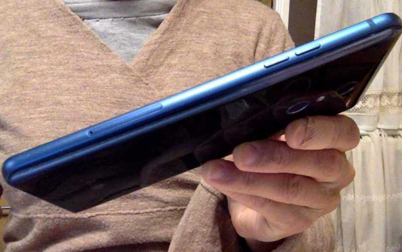 LG Q Stylusスマートフォン(SIMフリー)の側面の操作ボタン
