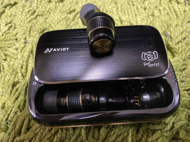 AVIOT TE-BD21fワイヤレスイヤホンの充電ケースと本体