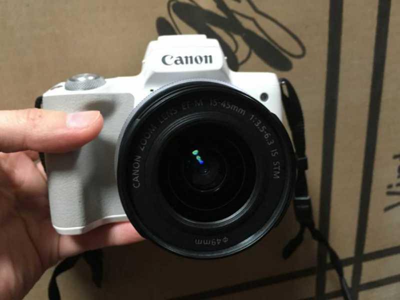 Canon EOS Kiss Mデジタルカメラのレンズを出した状態