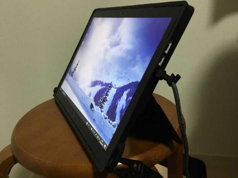 HP Elite x2 1013 G3(4UJ49PA)ノートパソコンをタブレットのように使用している様子