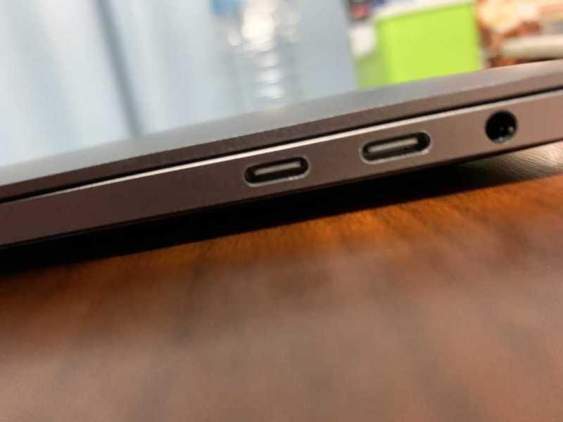 Apple MacBook Pro (13-inch, 2018, Four Thunderbolt 3 Ports) Touch bar付きモデルノートパソコンの外部接続端子