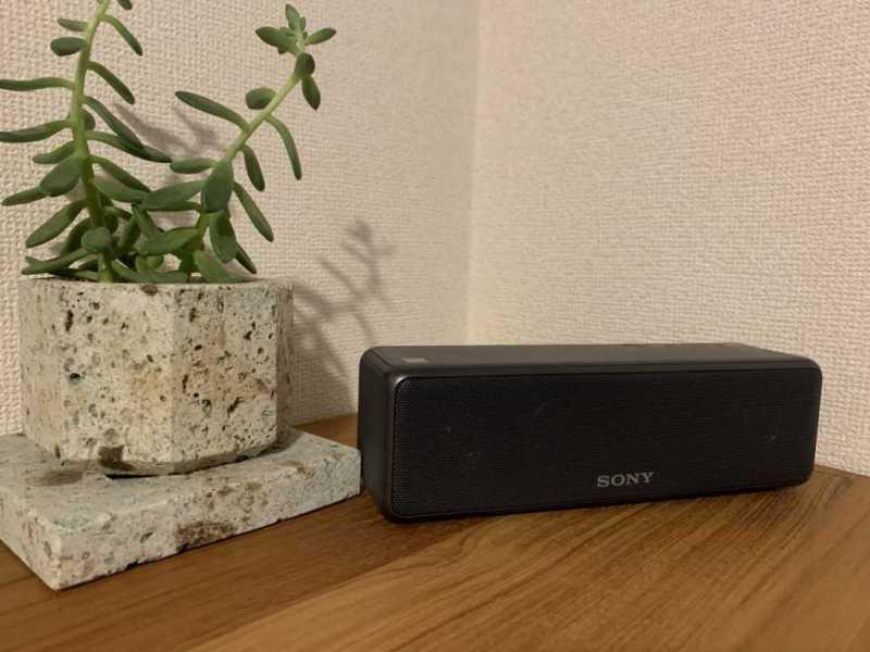 SONY SRS-HG10ワイヤレスポータブルスピーカーの壁際に置いたときの様子