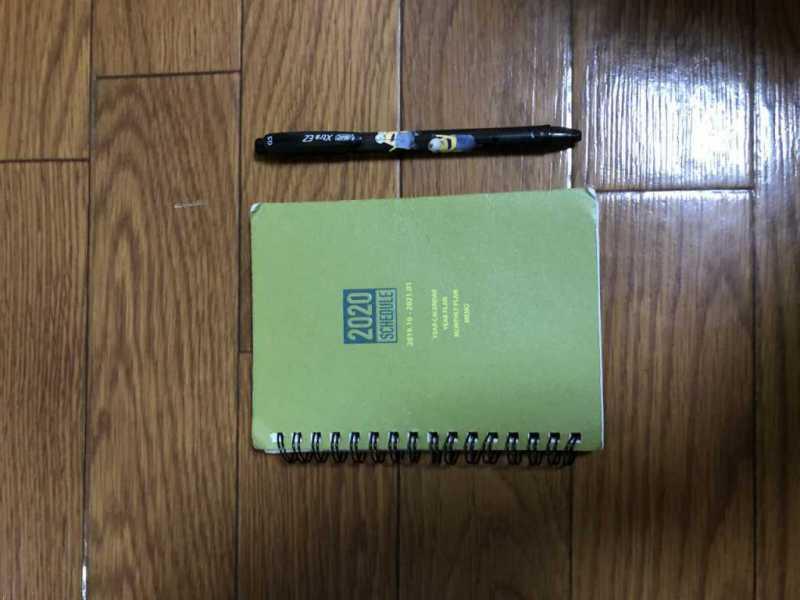 中サイズメモ帳とミオンの黒色ボールペン