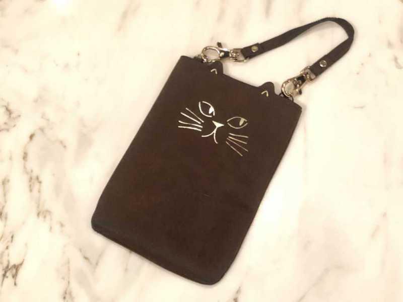 革素材の猫の携帯ケース