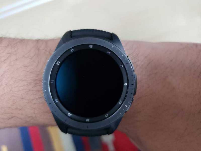 Samsung Galaxy Watch(42mm)スマートウォッチの腕につけた装着感