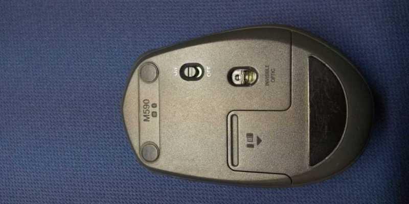 ロジクール M590 Multi-Device Silent Wireless Mouseマウスの裏側のLEDセンサーと電源スイッチ