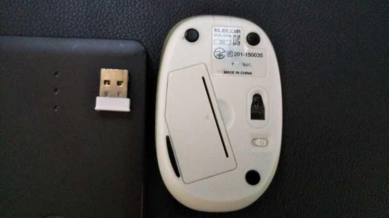 ELECOM M-BL20DBマウスの裏側のBlueLEDのセンサー部分とバッテリー挿入部部分