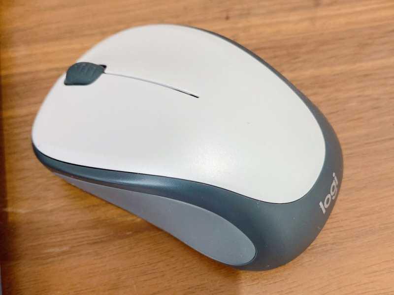 LOGICOOL Wireless Mouse M235マウスの底面のセンサーとバッテリー挿入部分