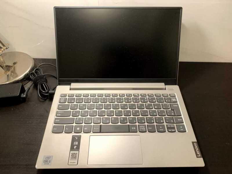 Lenovo IdeaPad S340ノートパソコンのディスプレイとキーボード