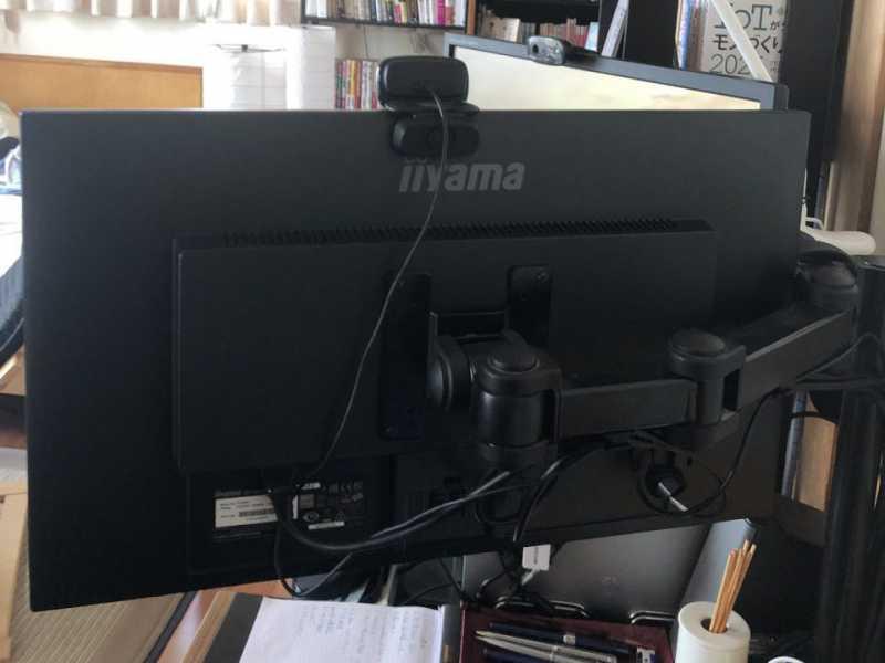 iiyama G-Master G2530HSU(24.5インチ)PCモニターのモニターアームに接続している様子