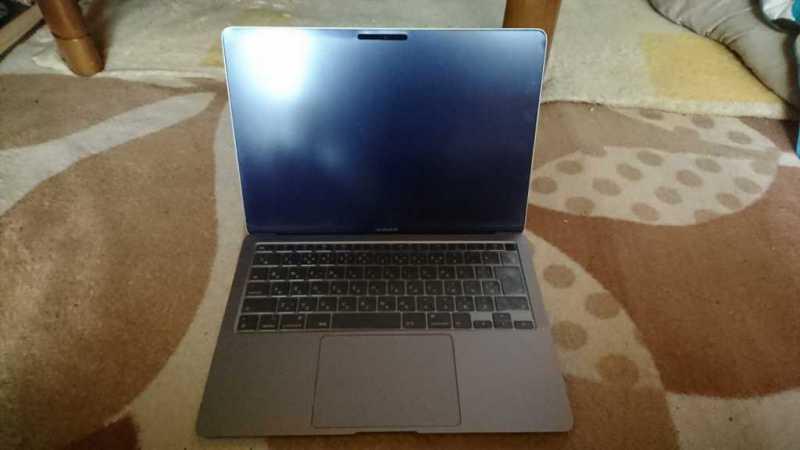 Apple MacBook Air (Retina, 13-inch, 2020) ノートパソコンのディスプレイ画面とキーボード