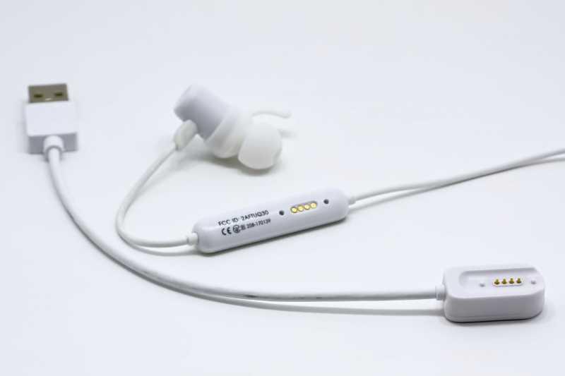 SOUNDPEATS Q35+ワイヤレスイヤホンのイヤー部分とコントローラー