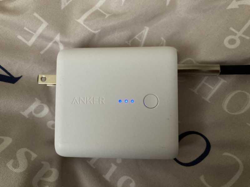 Anker PowerCore Fusion 5000モバイルバッテリーの本体を充電している様子