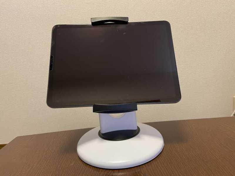 Apple iPad Air(第4世代)タブレットをタブレットスタンドに立てた状態