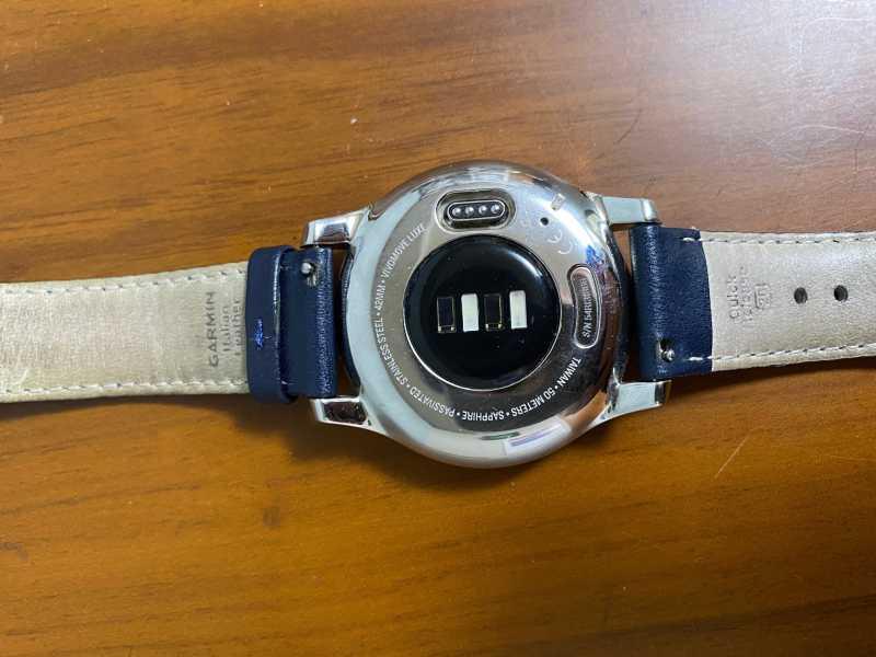 Garmin Vivomove Luxeスマートウォッチの裏側のセンサー部分
