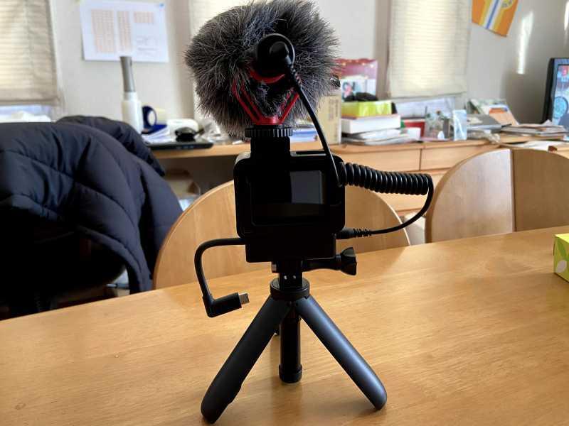 GoPro HERO7 Blackアクションカメラのマイクとスタンドを装着した様子