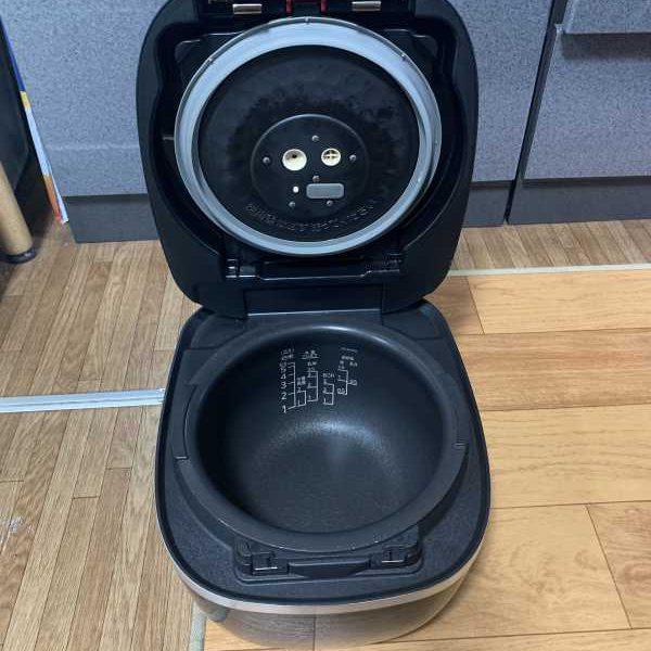 タイガー 圧力IHジャー炊飯器〈炊きたて〉JPC-G100の開けた状態