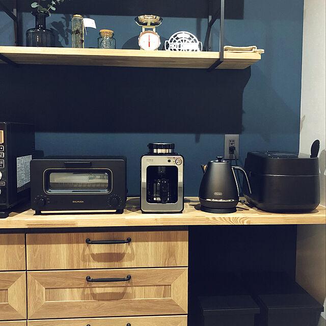 デロンギ ディスティンタコレクション KBI1200J電気ケトルをキッチンにおいた雰囲気