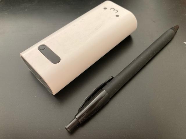 エレコム DE-M01L-6400WFモバイルバッテリーのペンとのサイズ比較