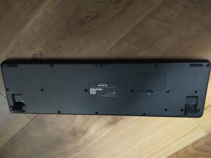 エレコム TK-FDM110TXBKワイヤレスキーボードの底面