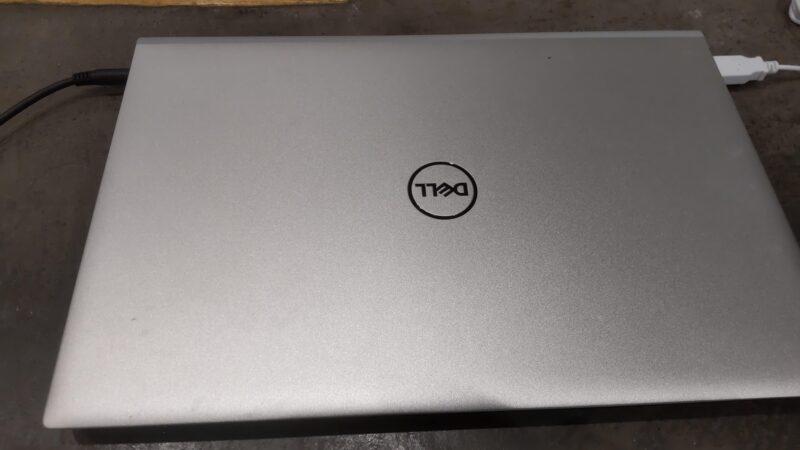 Dell Inspiron 13 5000(5301)ノートパソコンの本体とロゴ